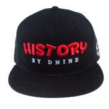 Черная бейсбольная кепка с изготовленный на заказ логосом