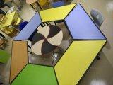 多彩な学校の子供の調査によってカスタマイズされる表および椅子