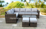 テラスの屋外のソファーは庭の藤の家具をセットする