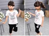 女の子の夏の不足分の袖のTシャツおよび3四分の一ズボンの子供の衣服
