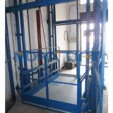 En la pared de equipos de elevación hidráulico para almacén