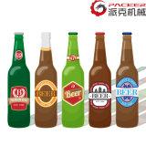 Llenado de cerveza de botella en la línea de producción