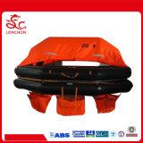 O homem Joga-Ao mar o Liferaft inflável para o barco de pesca