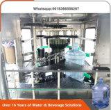 Ligne remplissante de l'eau de 5 gallons dans des machines de l'eau de baril du Kenya
