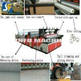 Coste de rebobinar que raja del rodillo enorme del papel de tejido convirtiendo la máquina