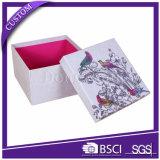 호화스러운 손은 엄밀한 꽃 포장 종이상자를 만들었다