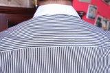 Camicia a strisce del manicotto lungo degli uomini