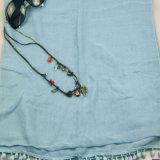 Sciarpa blu-chiaro del voile con il Pompom Tassells per l'accessorio di modo delle ragazze