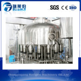 Bouteille moyenne de taille buvant la machine de remplissage de l'eau minérale