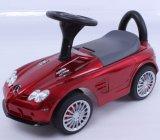 As crianças a Mercedes no Carro de Passeio licenciados dos pés para andar