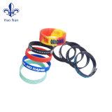 Bracelets en caoutchouc de silicones de bracelet d'aperçu gratuit avec le logo gravé en relief