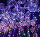A corda do diodo emissor de luz ilumina o balão transparente para a decoração da festa de Natal do casamento