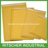 La burbuja de Kraft envuelve los sobres completados burbuja de Kraft que envían sobres