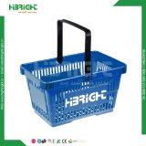 Panier de magasinage en plastique tenue en main pour le supermarché