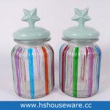Vasi di vetro a strisce di colore con il coperchio di ceramica della stella