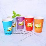 Tazza di caffè di carta a parete semplice con il coperchio ed i manicotti