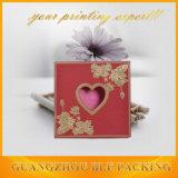 Design de cartão de papel de casamento com janela de coração