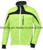 Bike людей одевает куртку велосипеда