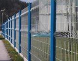 溶接された金網の塀かハイウェイの道の塀