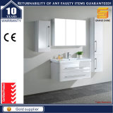 Mobilier de salle de bain blanc peint en blanc avec miroir