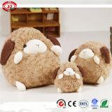 Moutons mignons blancs purs se reposant avec le jouet bourré mou de bande