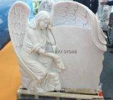 白い大理石手は墓地のための天使の彫刻の墓石に洞窟を作った