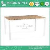 Cadeira e mesa de jantar de cor branca com tábua de plástico