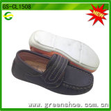 El niño de lujo embroma los zapatos del holgazán con Velcro