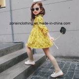 Los niños ropa gruesa de color amarillo