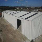 Светлый пакгауз стальной структуры с стальным листом крыши