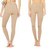 Alte ragazze dello Spandex che portano i pantaloni di yoga di addestramento