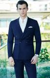 最新のデザインの標準的で青いカラーコートの動悸の人のスーツ
