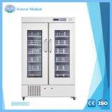 La banque de sang hospitaliers utilisés en laboratoire d'un réfrigérateur
