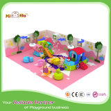 Mini campo de jogos do projeto atrativo com a associação da esfera para o pré-escolar
