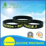 Wristband de encargo Keychains del silicón con la insignia grabada para los regalos de la promoción