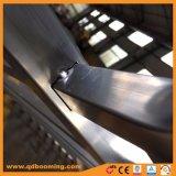 機密保護の安全フェンス越しに打たれるアルミニウムやりの上