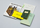 無線綴じは4冊の色刷の本をカスタム設計した
