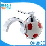 Chute d'eau du robinet mélangeur du bassin en laiton pour la conception de football