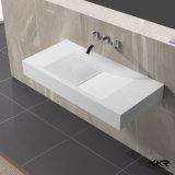 現代人工的な石塀の台紙の洗面器の浴室の流し