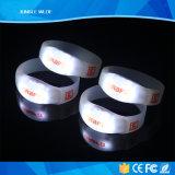 활성화된 최신 판매 방수 주문을 받아서 만들어진 LED 움직임은 팔찌를 불이 켜진다
