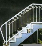 Escalera negra al aire libre del metal que cerca la barandilla del hierro con barandilla labrado