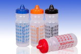 Zusammendrücken der transparenten gedruckten Sport-Flasche mit Soem-Marke