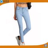 女性はLeggingの細いジーンズに細いジーンズの綿のスパンデックスのデニムのジーンズを作る