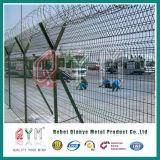 空港の保安の塀の金網の塀の上かみそりワイヤー空港塀