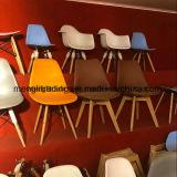 装飾されるデザイン家具様式椅子のクッションのシートの金属の足を搭載する灰色の現代台所食堂の肘のない小椅子を食事する