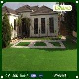 装飾の緑の人工的なカーペット、草のマットのカーペット
