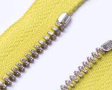 Chiusura lampo del metallo con il tenditore di gomma e nastro adesivo giallo/i denti d'argento/superiore Antic