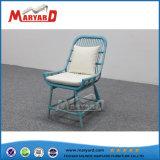 屋外のテラスの藤の単一の椅子