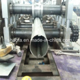El tubo de bajada haciendo enrolladora de metal