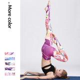 Напечатанная йога гимнастики женщин задыхается гетры пригодности идущие